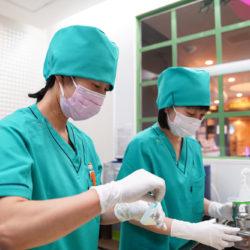 滅菌専属スタッフが、消毒と滅菌を徹底して行います